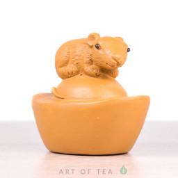 Фигурка Мышка на орехе, исинская глина, 7 см